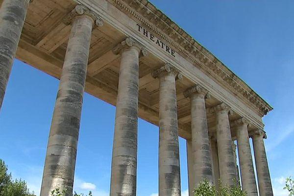 Ces colonnes sont tout ce qui reste de l'ancien théâtre de la ville.