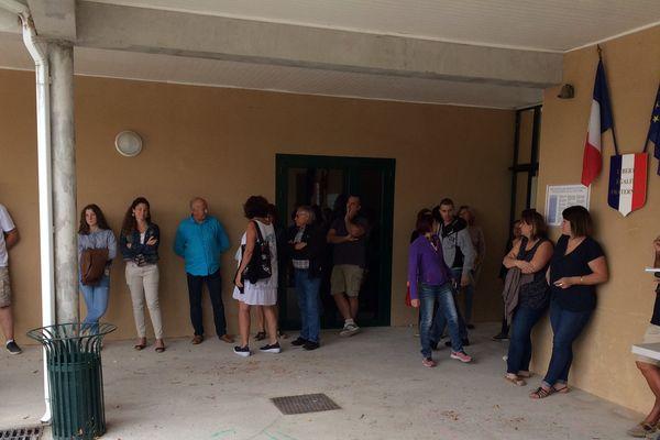 Elus et parents d'élèves se sont retrouvés dans la cour de l'école de Domessargues, dans le Gard pour une mise au point - août 2017