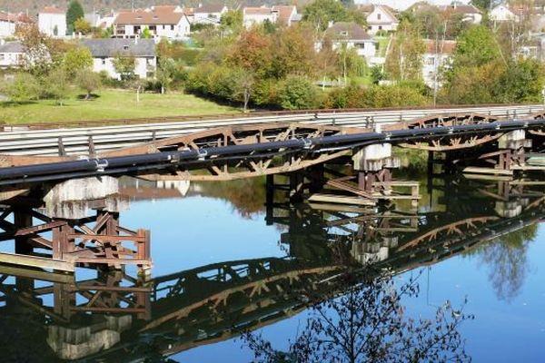 Jusqu'en 2014, deux passerelles issues du port artificiel d'Arromanches ont formé le pont Saint-Nicolas qui enjambe la Meuse à Revin dans les Ardennes