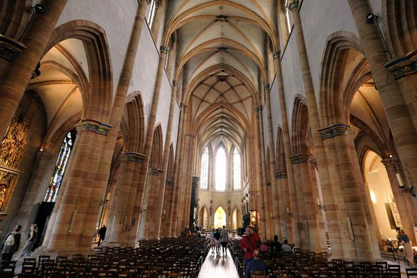 La nef de la collégiale Saint-Martin, une des plus grandes églises gothiques du Haut-Rhin