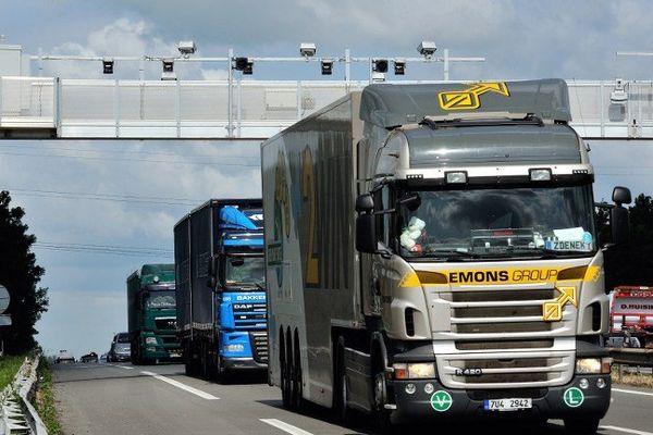 """Un camion passant sous un portique """"écotaxe"""""""
