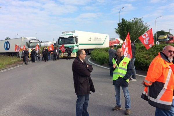 Les syndicalistes de la CGT bloquaient ce matin l'accès au rond-point de la sortie d'Anais de la N10.