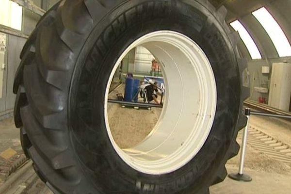 Dans le hangar à sable du centre de Ladoux, l'empreinte des géants est mesurée, sondée, comparée en trois dimensions. 12 000 heures de test des pneus agricoles sont réalisés chaque année ici ou en Limagne.
