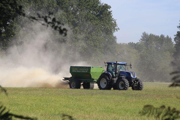 Photo d'illustration. Epandage des cultures par un tracteur.