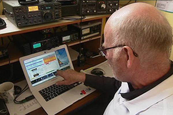Depuis son poste, Jean-Yves Cresta communique des radioamateurs du monde entier.
