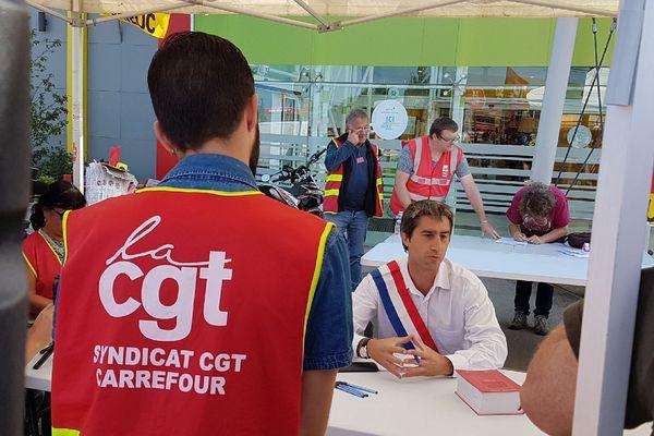 François Ruffin en plein simulacre de procès avec les salariés du Carrefour de Langueux