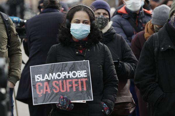 Une manifestante, à Paris, lors d'un mouvement de protestation contre le projet de loi, le 14 février 2021