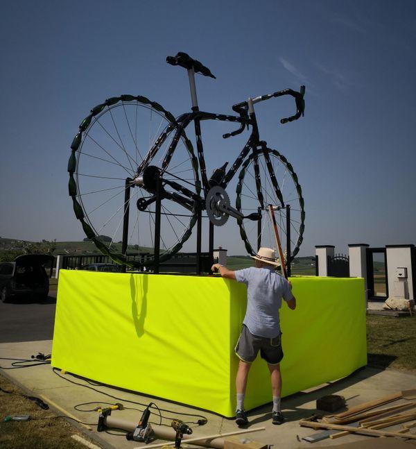 Un socle jaune, clin d'oeil au ... maillot jaune bien sûr, ce vélo géant ne passera pas inaperçu lors du passage du Tour de France le 8 juillet.