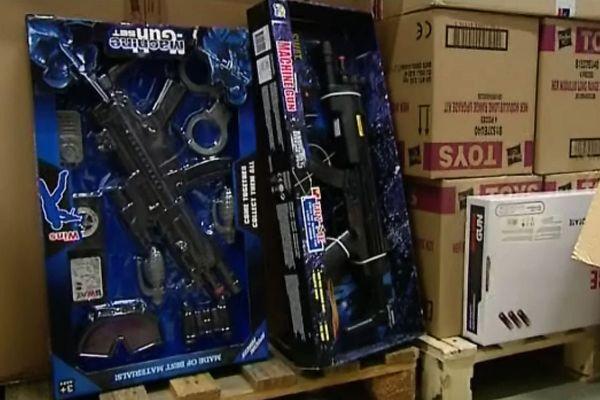Ces armes en plastique sont remisées à la réserve d'un grand magasin de jouets