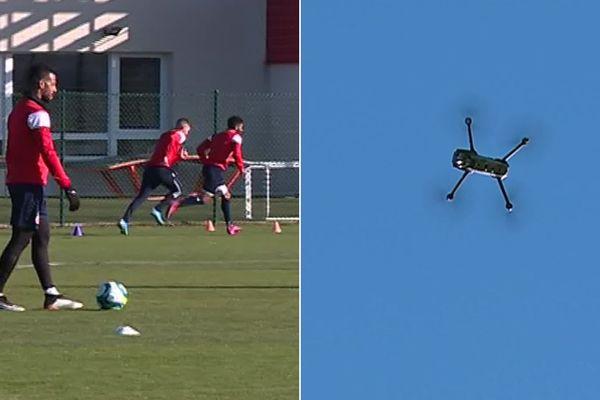 Le drone survole les joueurs pendant la séance d'entrainement.