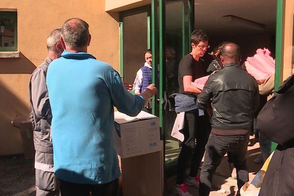 Lundi 5 octobre, les habitants participent à la distribution de draps pour les acheminer jusqu'à l'hôpital de Tende (Alpes-Maritimes).
