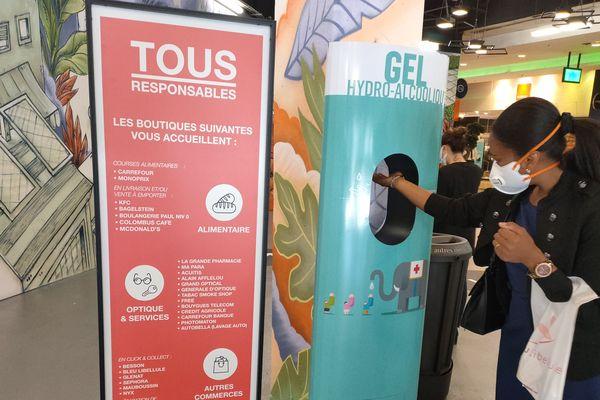 Un distributeur de gel hydroalcoolique est installé à chacune des sept entrées.