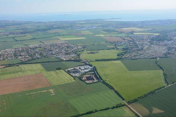 Les communes Saint-Rogatien et Périgny sont cernées par les champs ; le site industriel est à proximité;
