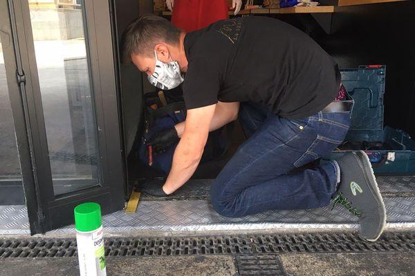 Un artisan en TPE sur un chantier
