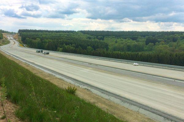 Le dernier tronçon d'autoroute en travaux sur 8 kilomètres à travers la forêt belge, entre Couvin et Brûly à la frontière.