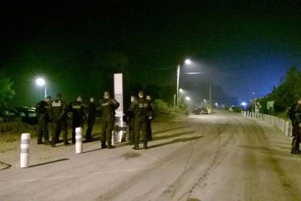 Des policiers surveillent les alentours du camp des gens du voyage de Moirans.