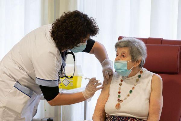 Une dame recevant la première dose du vaccin contre la Covid-19. Crédit photo Sebastien Borda/groupe SOS.