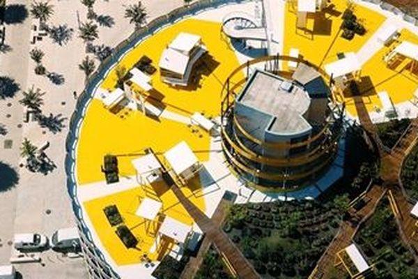 le toit-terrasse du parc Les Halles est un clin d'oeil au renouveau de la Part-Dieu, renouveau amorcé avec les constructions récentes d'immeubles de grande hauteur notamment et participe à ce mouvement qui fait de ce quartier, le porte-drapeau d'un nouvel art de vivre urbain.