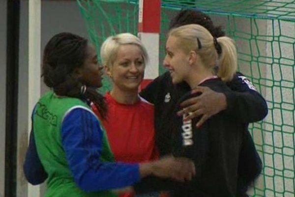 Les handballeuses de Fleury-les Aubrais (Loiret) à l'entrainement le 13 mai 2014. A gauche, Gnionsiane Niombla, Capitaine de l'équipe