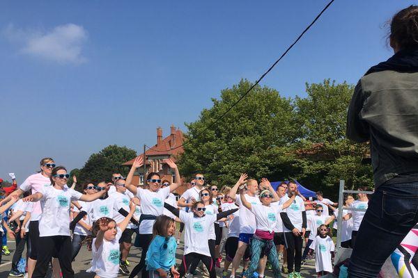 Avant de courir les 5 kilomètres de la Color Run, les participants s'échauffent.