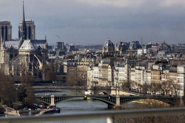 La cathédrale Notre-Dame, sur l'île de la Cité, et l'île Saint-Louis, à Paris.