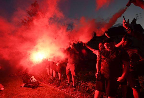 Des supporters de Liverpool célébrant leur titre de champion d'Angleterre jeudi soir.
