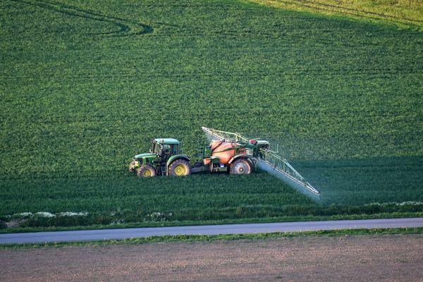 Le gouvernement souhaite prendre un décret qui limiterait l'utilisation des pesticides à plus de 5 ou 10 mètres des habitations selon les cultures.