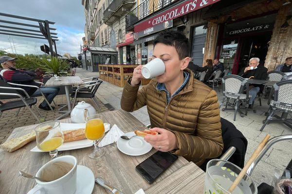 Ce mercredi matin, c'est petit-déjeuner en terrasse pour cette famille de Mâcon (Saône-et-Loire)