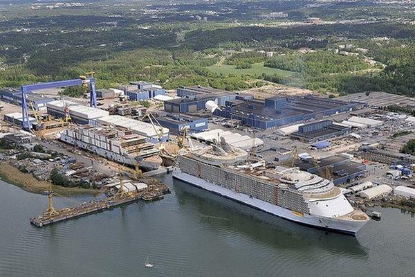 Oasis of the Seas et Allure of the Seas en construction au chantier STX de Turku en Finlande, la suite de la construction en France de cette classe de paquebots pourrait entraîner le licenciement des 2 500 ouvriers du chantier