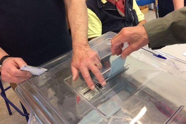 Les bureaux de vote sont ouverts jusqu'à 18 heures et 20 heures dans les grandes villes. 34 listes sont en lice pour élire au total 79 députés européens représentant la France à Strabourg