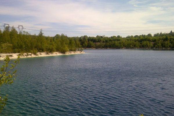 """Le lac des ciments, surnommé le """"Lac bleu"""" à Beaumont-sur-Oise, dans le Val d'Oise."""