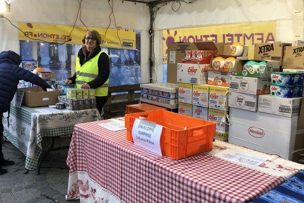 Sur ce stand des enveloppes surprises, une fidèle bénévole rémoise, présente chaque année. Ils sont une trentaine de bénévoles à Reims.