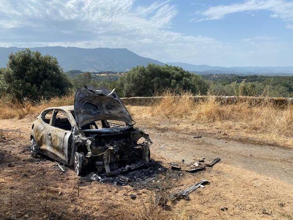 La voiture incendiée se trouve dans la commune de Sarrola-Carcopino.