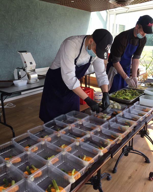 A défaut d'être servis dans de belles assiettes, les plats sont mis dans des barquettes en attendant des contenants biodégradables