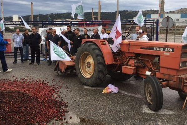 Les agriculteurs bloquent les entrèes de la raffinerie Total La Mède