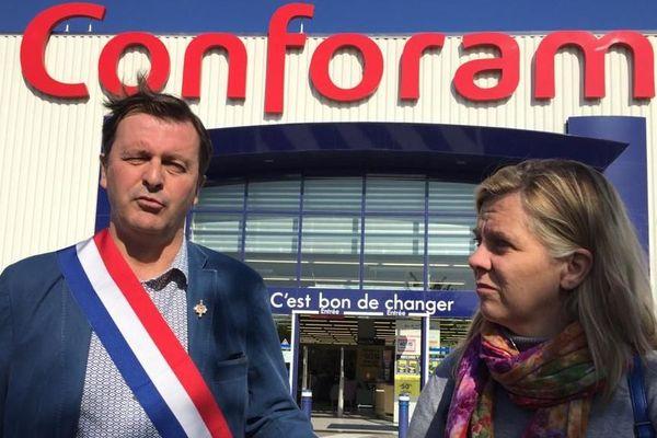 Devant le Conforama de Pamiers, le député de l'Ariège Michel Larive et la députée européenne Anne-Sophie Pelletier de La France Insoumise.