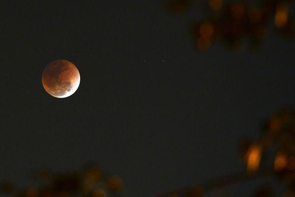 Pendant près d'une heure et demie le 27 juillet, la lune entrera dans l'ombre de la Terre et se teintera d'une couleur rouge, tandis que Mars, en super-opposition, brillera comme jamais