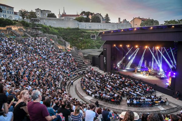 Théo Charaf aux Nuits de Fourvière, le 1er juillet 2021 à Lyon. Après un premier mois de restrictions sanitaires, le festival a pu accueillir 100% de sa jauge de spectateurs assis sur autorisation préfectorale.