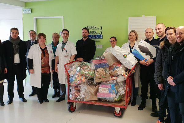 Le Centre hospitalier Sud Francilien a reçu de nombreux cadeaux, dont des PlayStation 4 de la compagnie de gendarmerie de Mennecy.