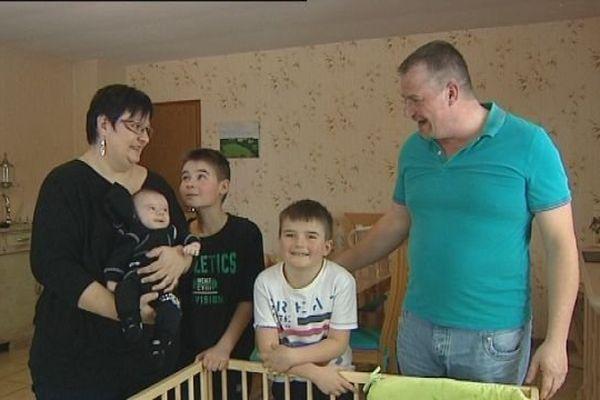 Emilie, qui a vaincu deux cancers, son mari et leurs trois enfants