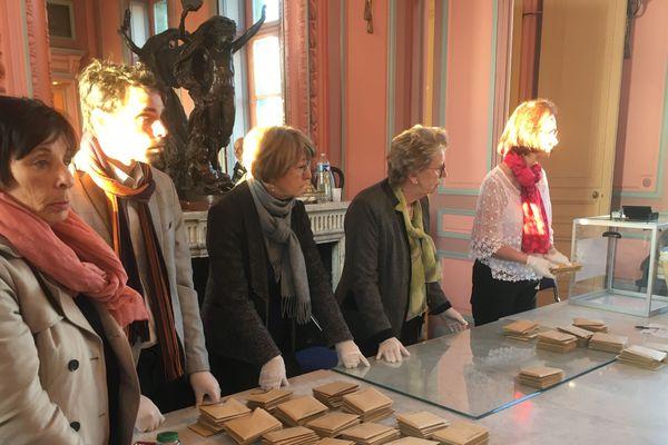 L'heure du dépouillement dans l'un des bureaux de vote de Soissons lors du 1er tour des municipales le 15 mars 2020