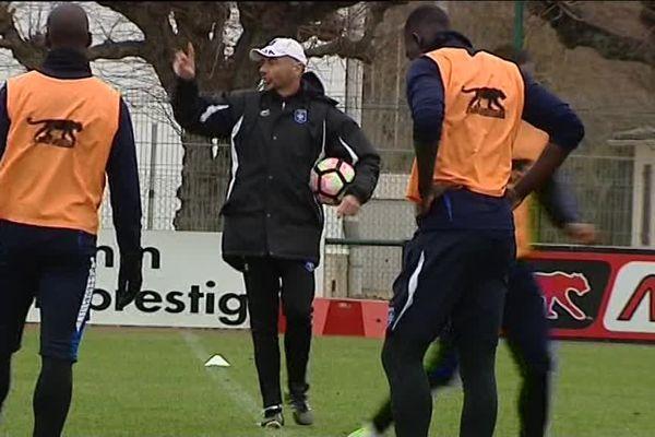 L'entraîneur de l'AJA Cédric Daury, et ses joueurs à l'entraînement, lundi 27 février