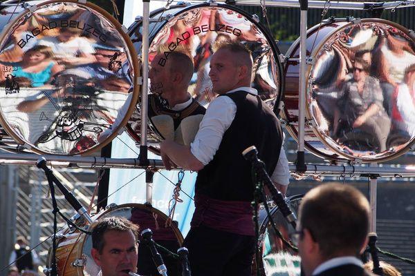 Un percussionniste du bagad Beuzec
