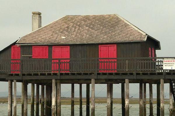 """Les travaux de rénovation de la cabane """"tchanquée"""" au volet rouge sont estimés à 500 000 euros."""