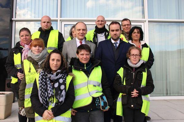 Le ministre Sébastien Lecornu et Thierry Coudert, préfet de l'Eure, avec une délégation de gilets jaunes sur le perron de la préfecture d'Evreux