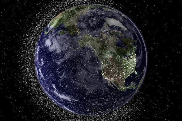 """Une vue de la planète Terre entourée de débris spatiaux. Trois exoplanètes offrent pour la première fois la possibilité """"de trouver des traces chimiques de vie en dehors de notre système solaire"""", selon des chercheurs."""