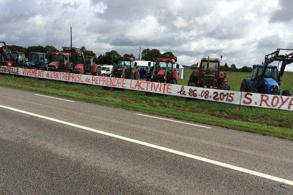 Une trentaine de tracteurs stationnés ce mardi en face du centre d'enfouissement des déchets de GDE à Nonant-le-Pin