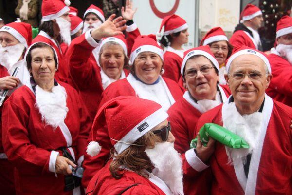 Au Portugal, à Porto, la tradition d'un défilé de Pères Noël, femmes et hommes confondus