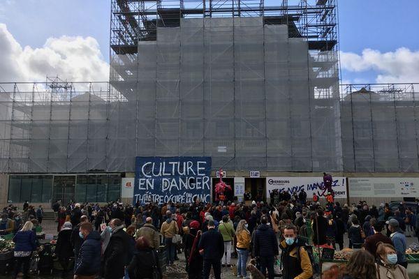 Près de 400 personnes réunies sur le parvis du théâtre de Cherbourg en soutien à la culture, samedi 27 mars 2021.