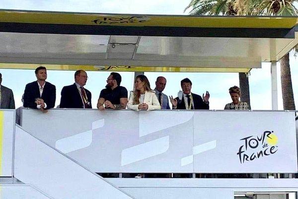 Albert de Monaco, Jean-Michel Blanquer, le couple Estrosi sur un car-podium du Tour de France ce samedi à Nice.